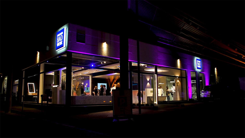 Brochier Badwerk - Badausstellung bei Nacht